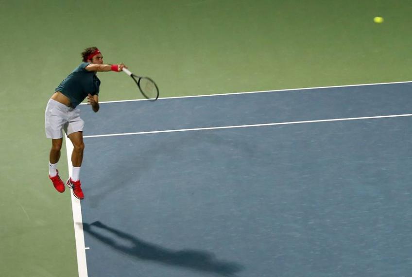 Comment Federer utilise-t-il les membres inférieurs au moment de servir?